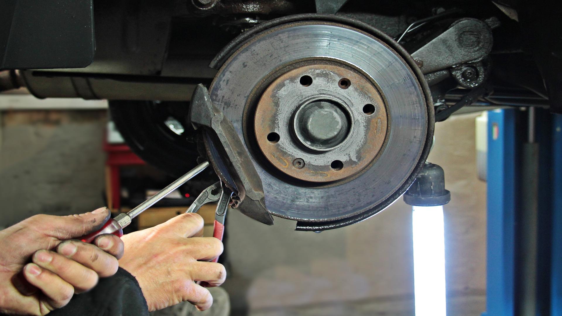Los coches que no pasen la ITV tendrán que identificar el taller reparador1920