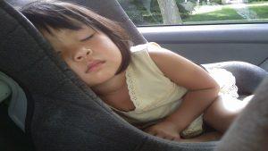 Como deben viajar los niños en los coches1920