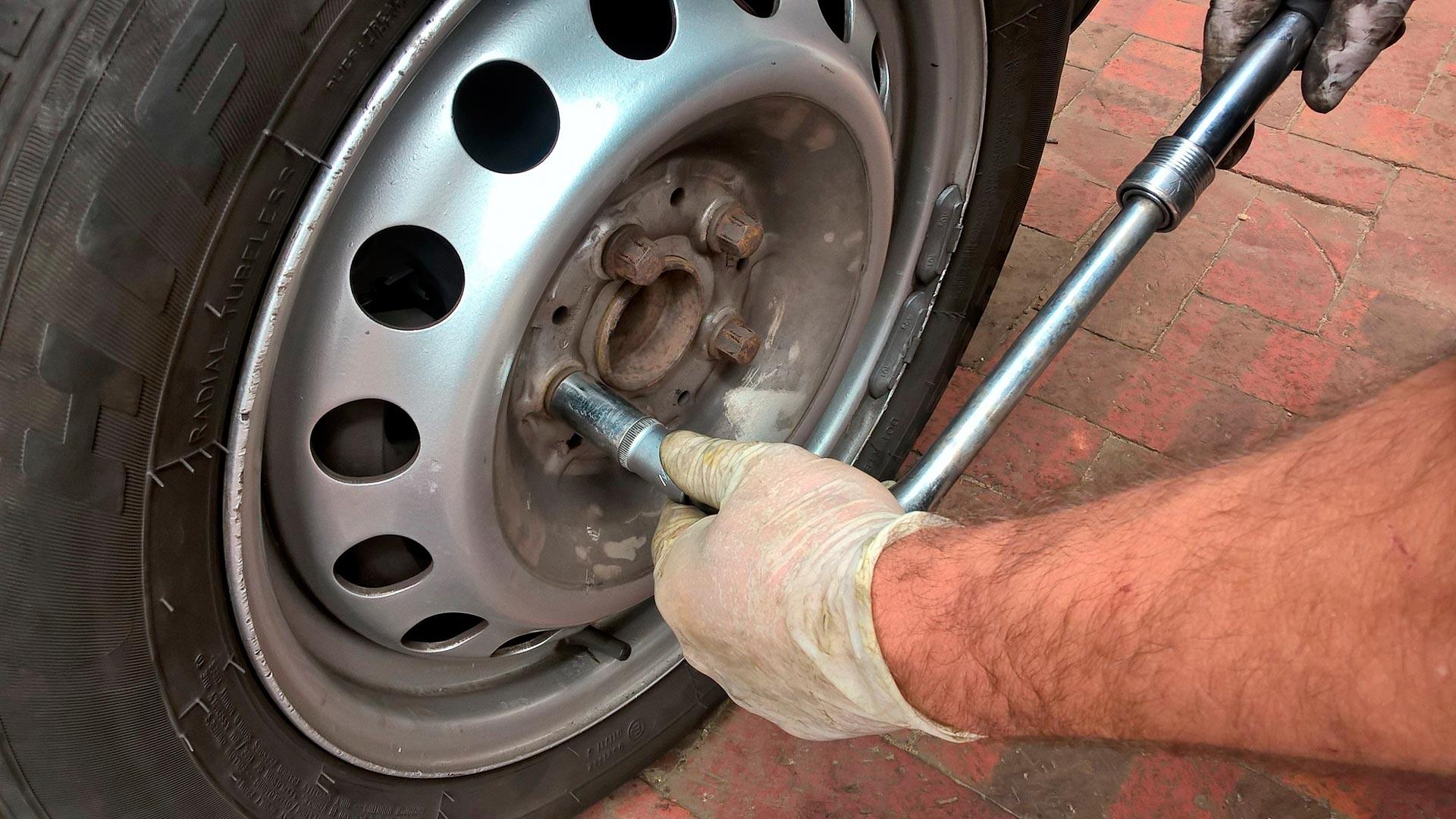 ¿Cómo cambiar la rueda del coche?