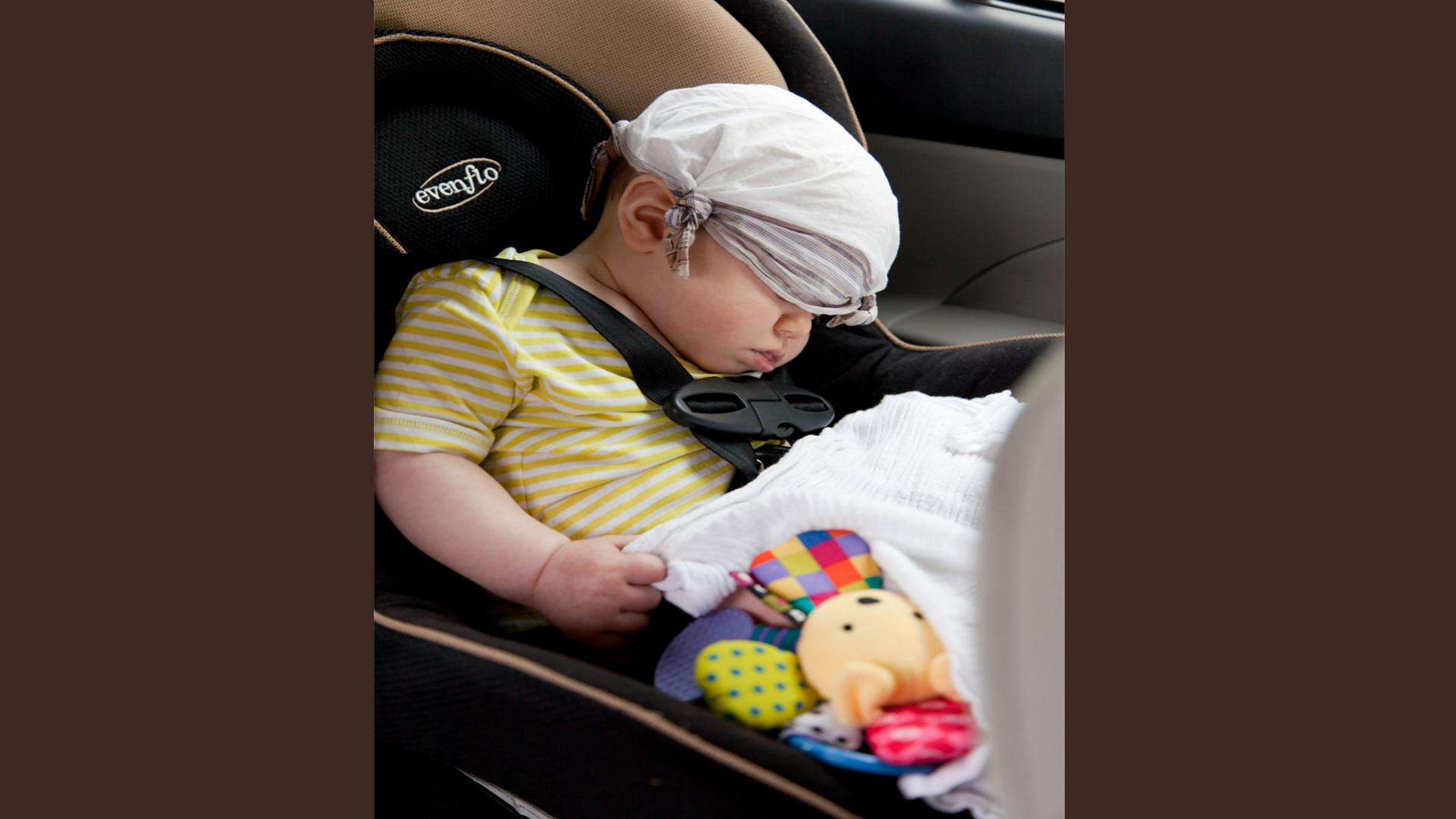 En el coche los niños deben ir sentados detrás del asiento del copiloto 1920