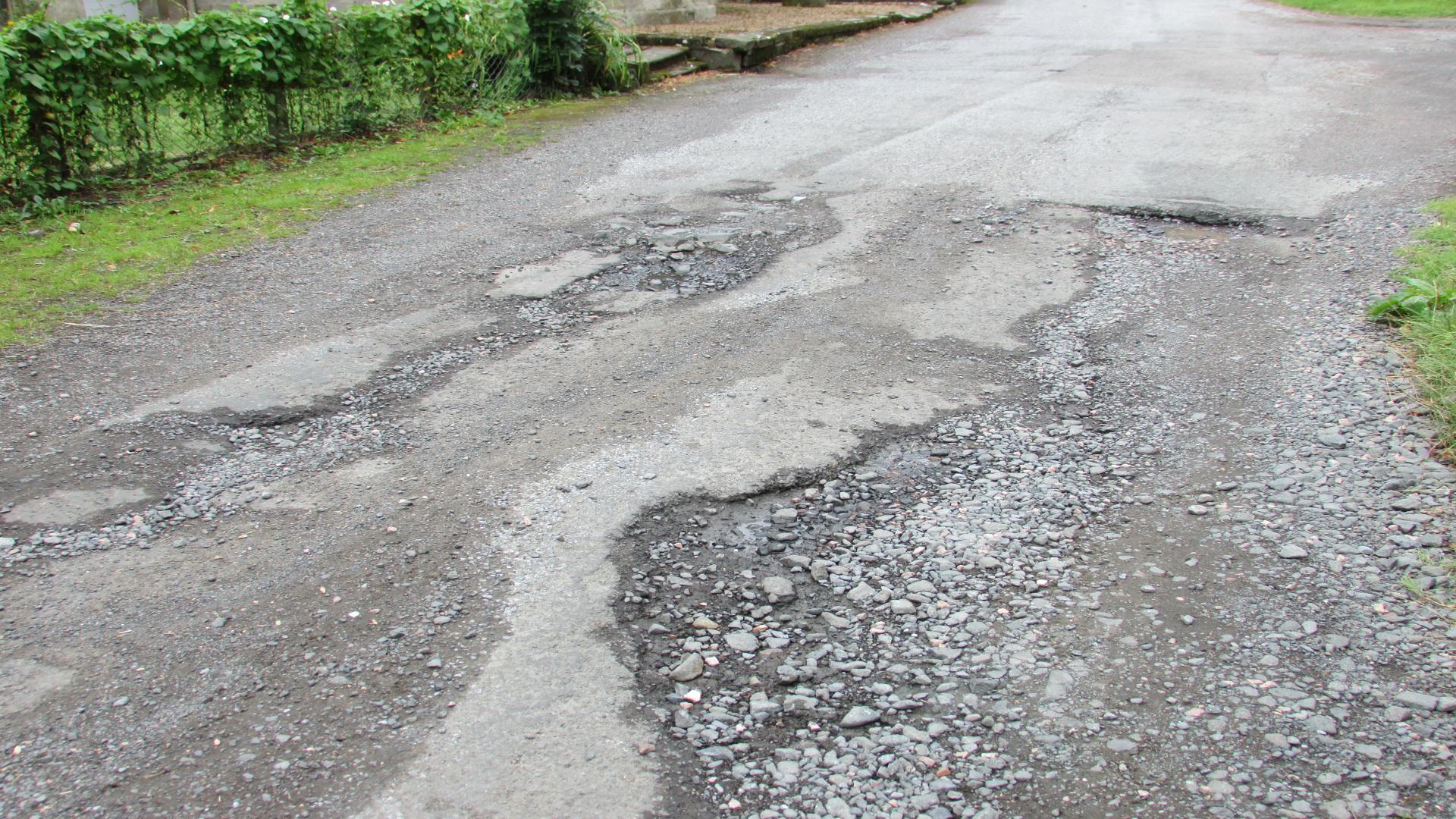 Unos motoristas denuncia el deficiente disenho y nulo mantenimiento de una carretera.1920