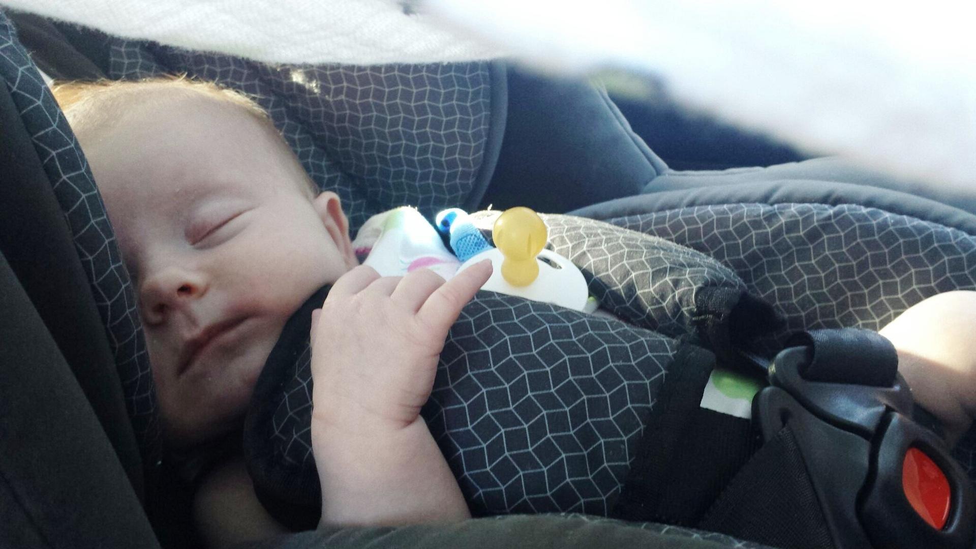 Llevar el abrigo en la silla del coche aumenta el riesgo de que el niño salga despedido.1920