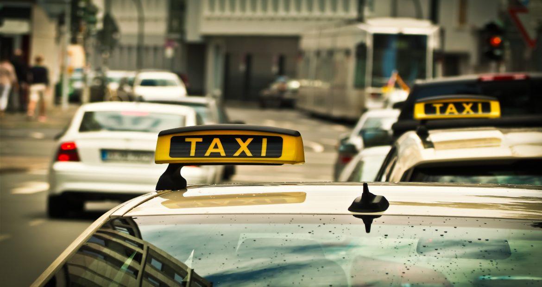 Los taxis deberan llevar la matricula trasera de color azul con los numeros y letras en color blanco.1920