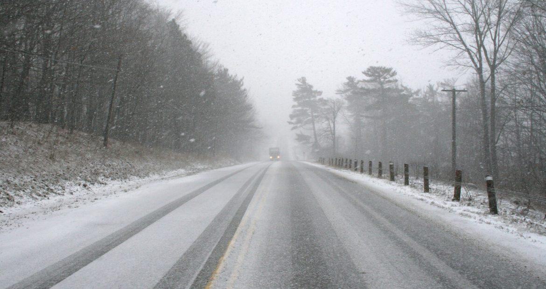 Nieva presta atención a la carretera 1920