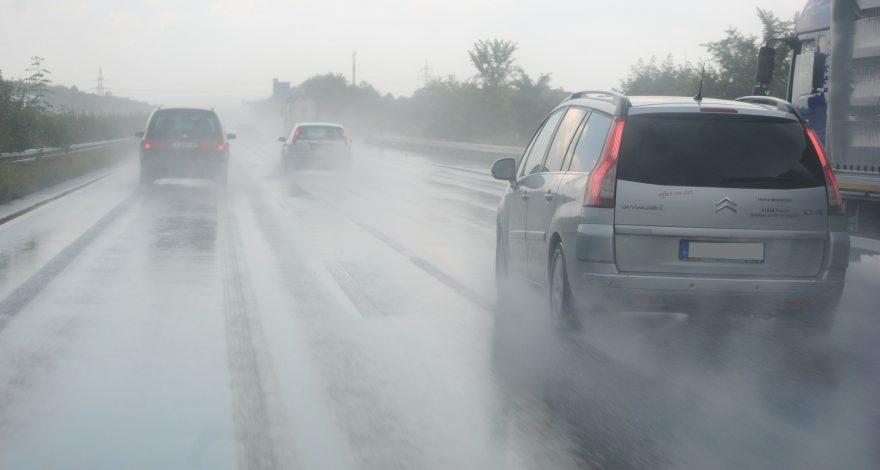 Llueve ya sabes presta más atencion al coche1920