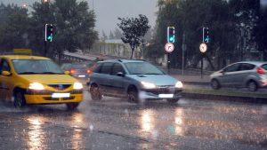 presta-atencion-al-coche-cuando-llueve-mucho-1920