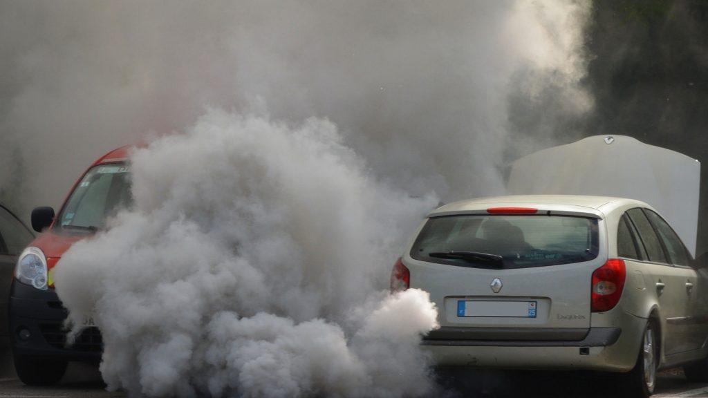 Comprueba la salud de tu coche mirando el color del humo