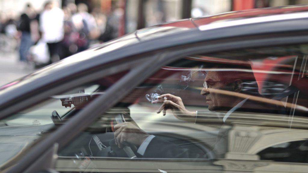 ¡Ojo! Si tiras una colilla por la ventanilla del coche te puede salir muy caro