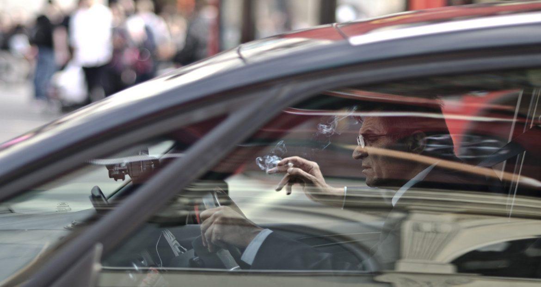 ojo-si-tiras-una-colilla-por-la-ventanilla-del-coche-te-puede-salir-muy-caro-1920